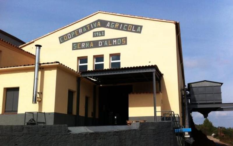 Façana principal de la Cooperativa de la Serra d'Almos