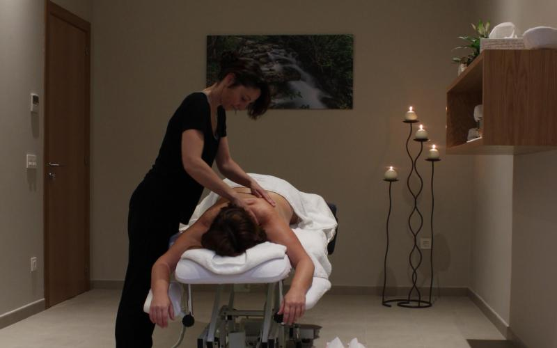 Massage with olive oil and tasting Relax and taste the products of our wellness land Masaje con aceite de oliva y degustación Relájate y degusta los productos de nuestra tierra wellness