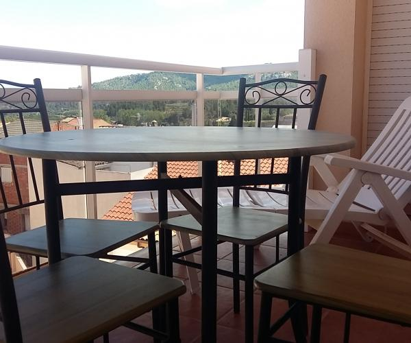 ca l'Italià allotjament turístic, idoni per a famílies, situat en una zona tranquil•la de Tivissa i amb bones vistes a les muntanyes i a la població