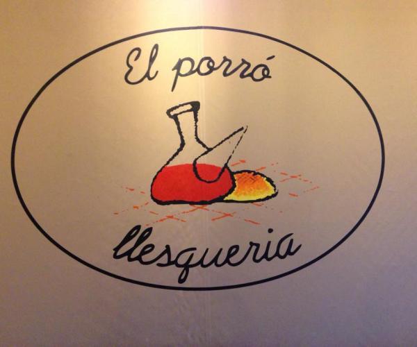 El logo dona nom al local